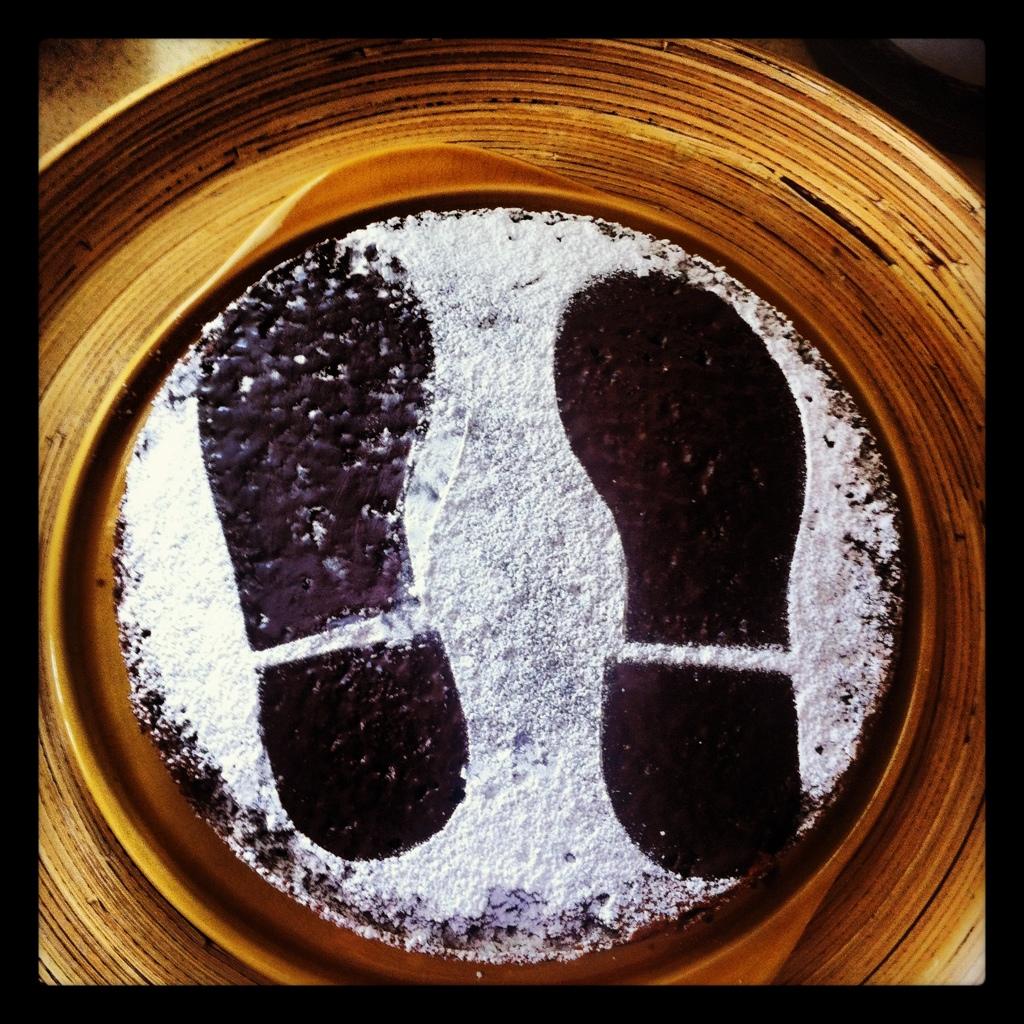 Schokoladenkuchen mit Fußspuren für die Detektivparty