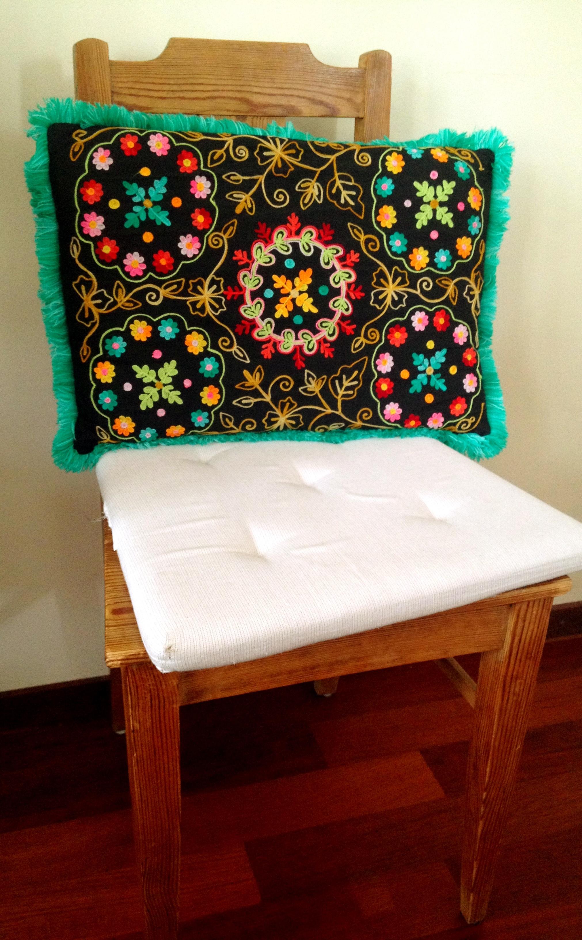 Und weil ich ohnehin so an meine Mutter denken musste, habe ich ihr Lieblingskissen rausgeholt, das jetzt immer auf meinem Stuhl liegt, seit es mein Kissen ist. Bunt und leuchtend.
