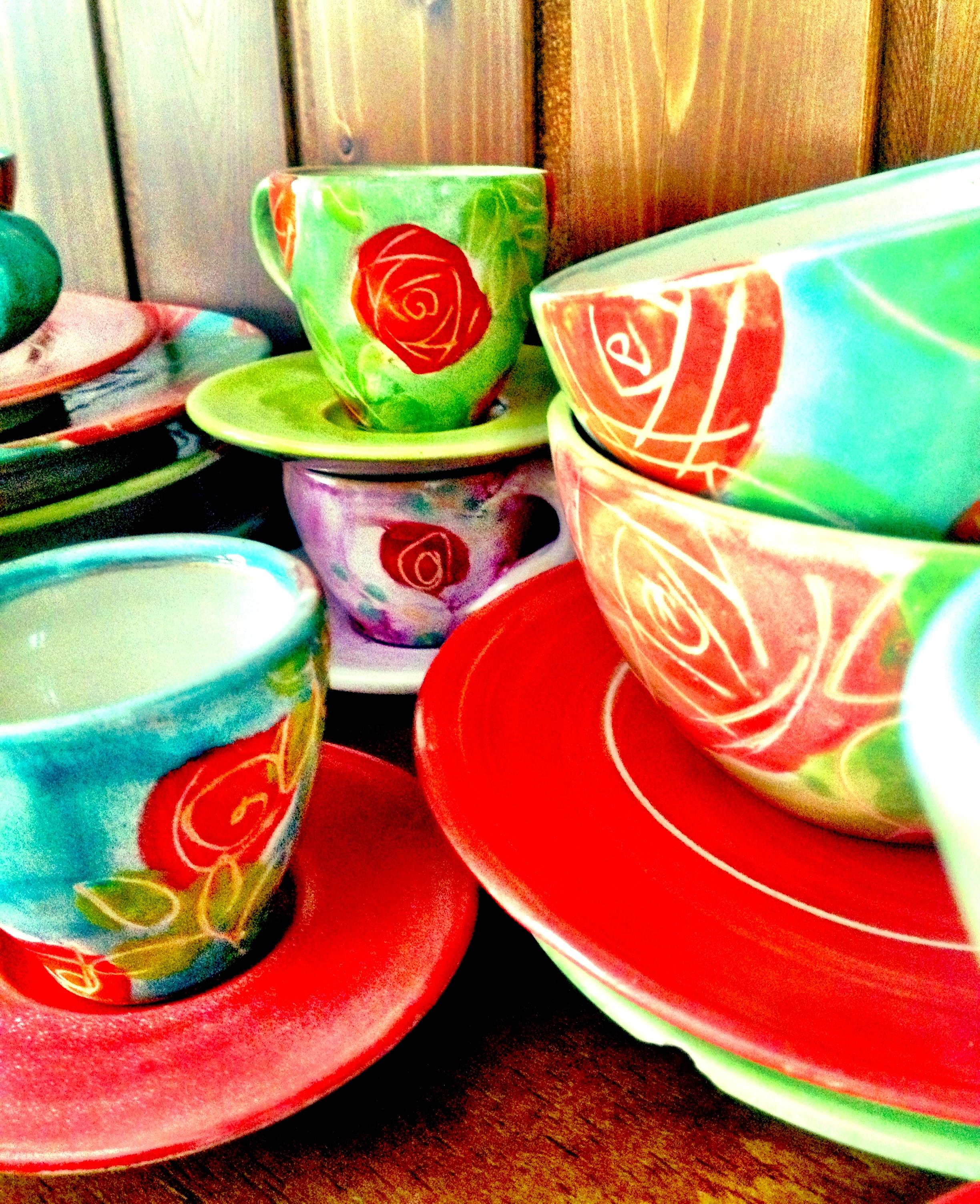 Und diese wunderschönen Tassen von der Keramikkünstlerin Susanne Altzweig habe ich auch von ihr. Ich habe heute Tee daraus getrunken und daran gedacht, wie sie im Geschirrschrank meiner Mutter aussahen. Wunderschön.
