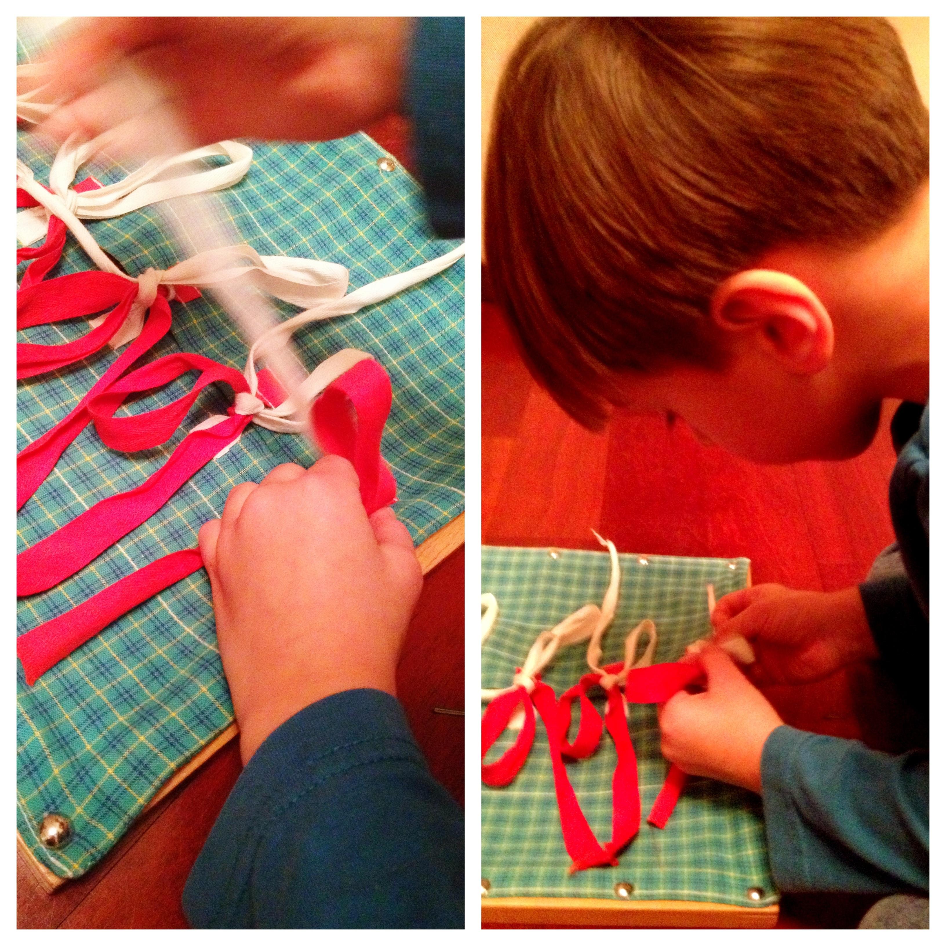 Dem Himmel sei Dank für Nurofen! Damit war der Bub fein und konnte sich hin aller Ruhe seinen neuen Fertigkeiten widmen: Schleife binden mit dem Montessori-Schleifenrahmen! Dazu demnächst mehr hier.