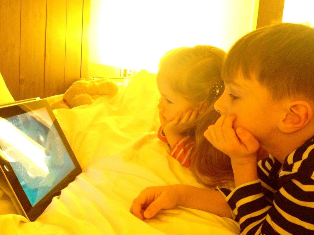 """Zwei Berlinmittekids beim """"gucken"""" via iPad im Urlaub."""