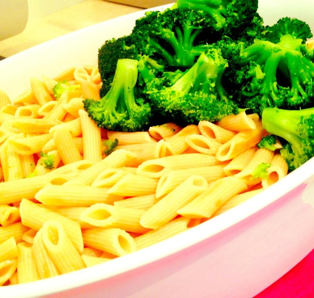 Der blanchierte Broccoli kommt auf die fertigen Nudeln in die Auflaufform