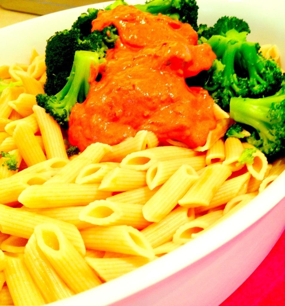 Die Sauce kann über Gemüse und Nudeln gegeben werden: rot-gruen!