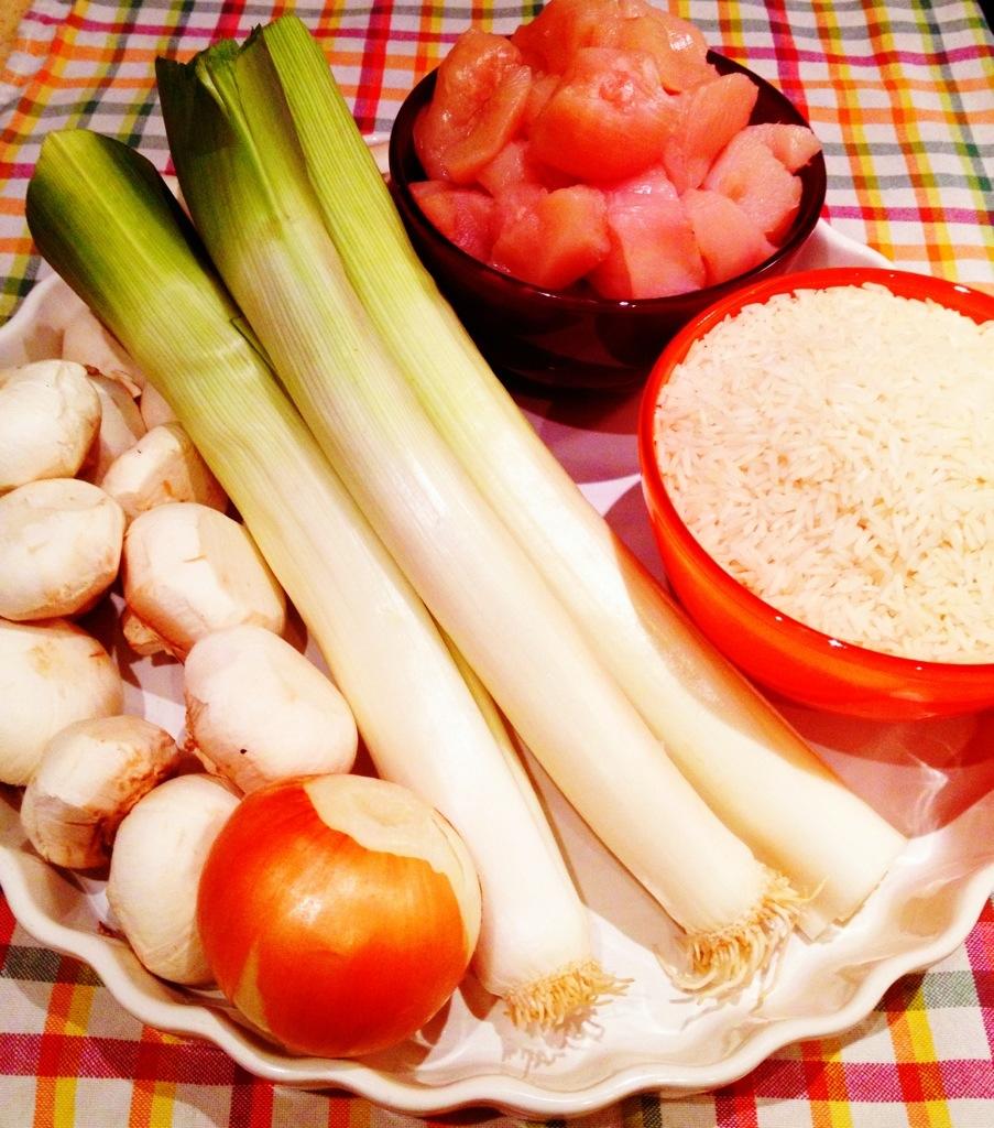 Alle Zutaten bereit zur Verarbeitung: Lauch, Champignons, Zwiebel, Hähnchenbrustfilet, Basmati.