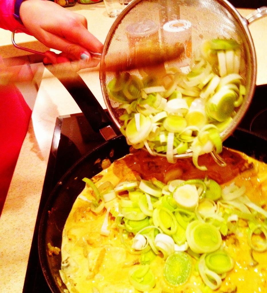 Der Lauch kommt ins Curry und gibt dem Ganzen das gemüsige Finish.