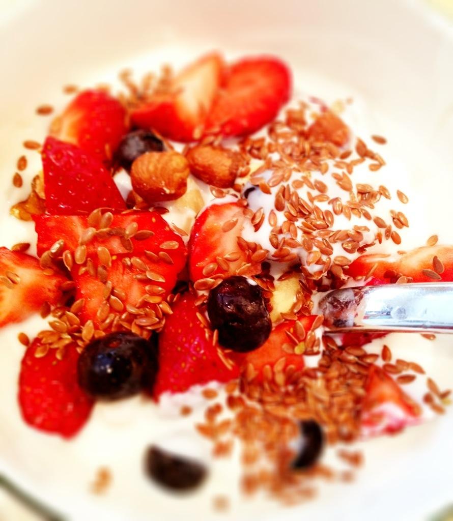 Mein Frühstück. Lecker Beeren mit Nüssen und Joghurt.
