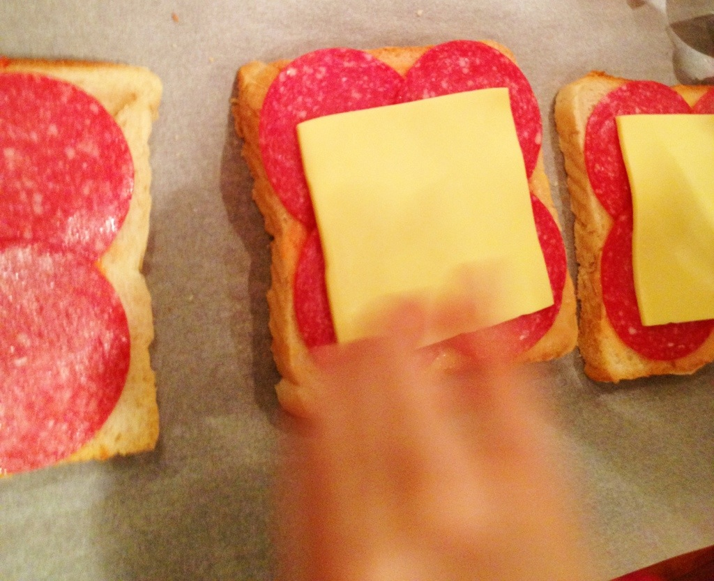 Abendessen á la Herzensmädchen: die Pizza-Toasties in the making.