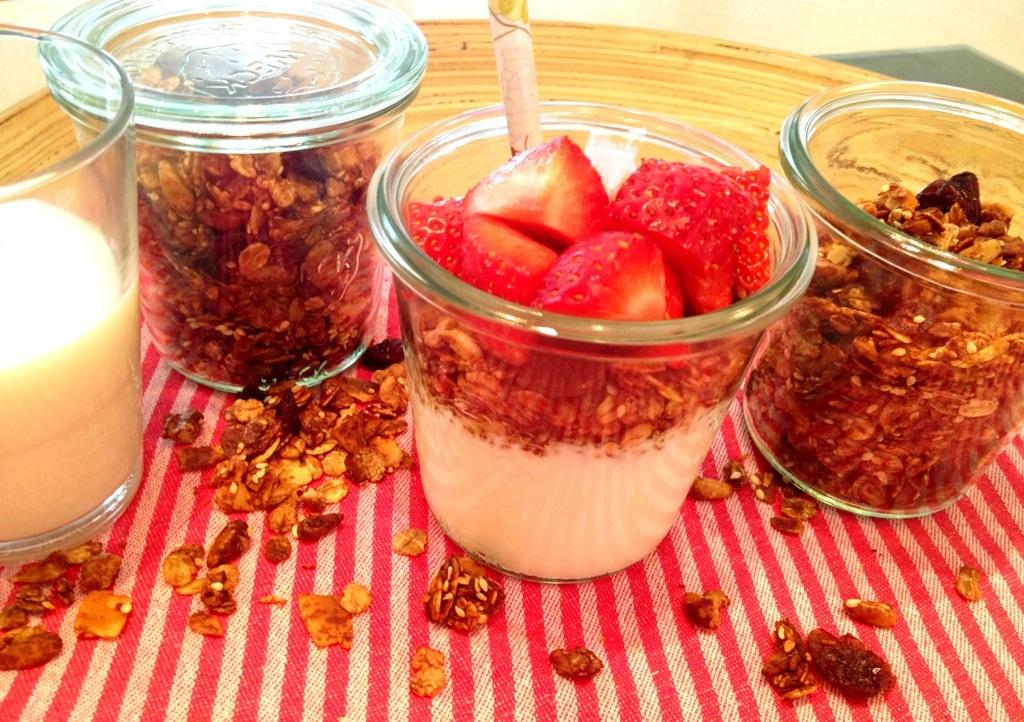 Es ist angerichtet: einmal Knuspermüsli vom Blech auf Joghurt mit frischen Erdbeeren. Wahnsinnig lecker.