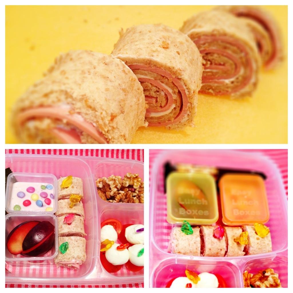 Easylunchbox Test: fertige Sandwich-Sushi-Rolls oben, Minidipper mit Deckel drauf unten rechts.