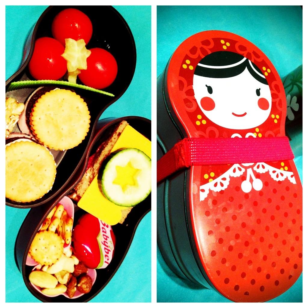 Matroschkabox fürs Herzensmädchen, befüllt mit Stapelbrot aus Pumpernickel und Cracker, Brot mit Sternchengurke, Salzgebäck, gemischten Nüssen, Minitomaten und Müsliriegel.