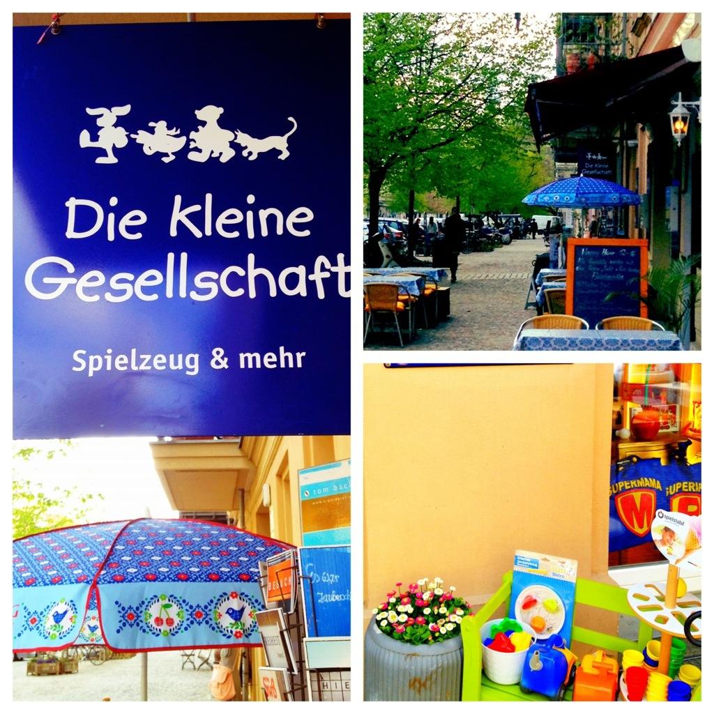 Bildcollage: Straßenansicht, Geschäftsschild, Die Kleine Gesellschaft, Sonnenschirm, Sandspielzeug, Blumenkübel