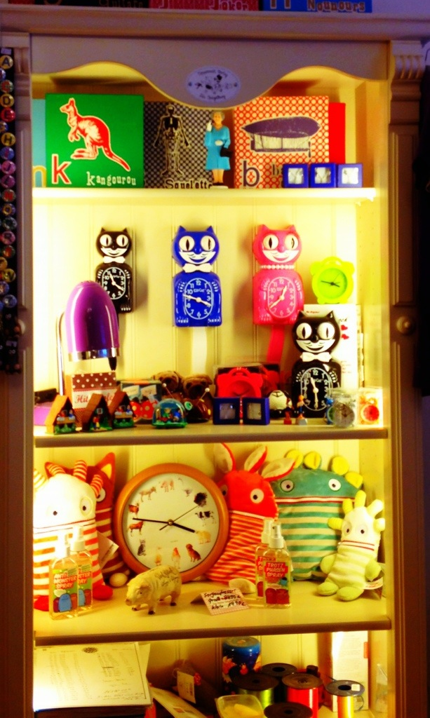 Ladenregal beleuchtet, Traumfresser, Kleinkram, Uhren
