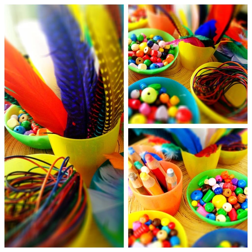 Bastelutensilien für das Indianerfest: Federn, Wachsmalkreide, Lederbänder, Holzperlen