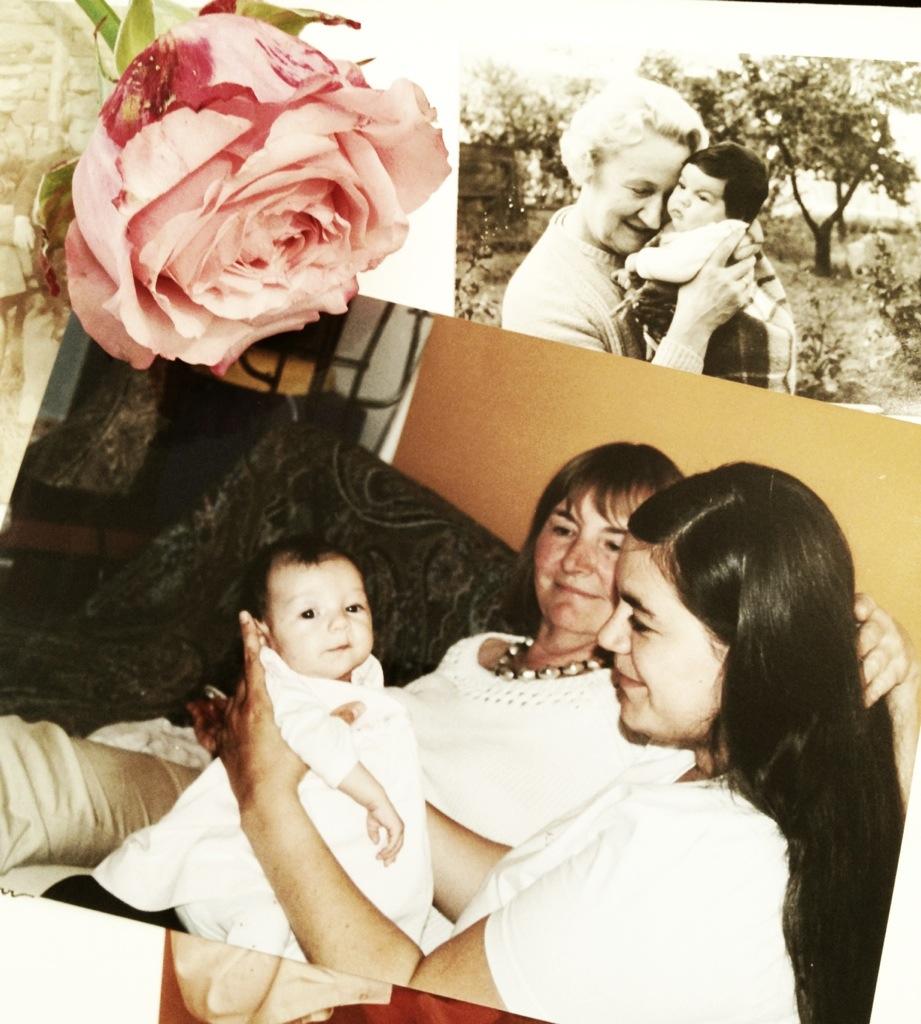 Muttertag 2003 mit meiner Mutter und meinem Herzensmädchen. Und in schwarz-weiß meine Großmutter mit mir 1973.