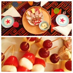 Collage, Teppich mit Tellern, Servietten, Tablett mit Essen und Nahaufnahme von Tomate-Mozzarella-Spießen