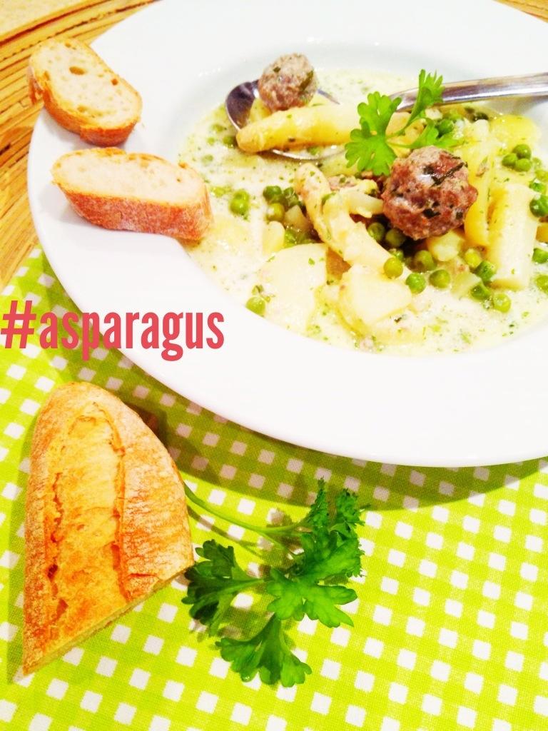 fertig angerichteter Teller mit Kräutern und Brot auf karierter Tischdecke und der aufschrift asparagus