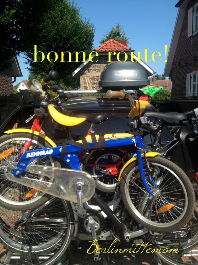 Voll beladenes Auto mit Fahrrädern und Dachbox