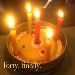 Minikranz mit Geburtstagskerzen in der Dose