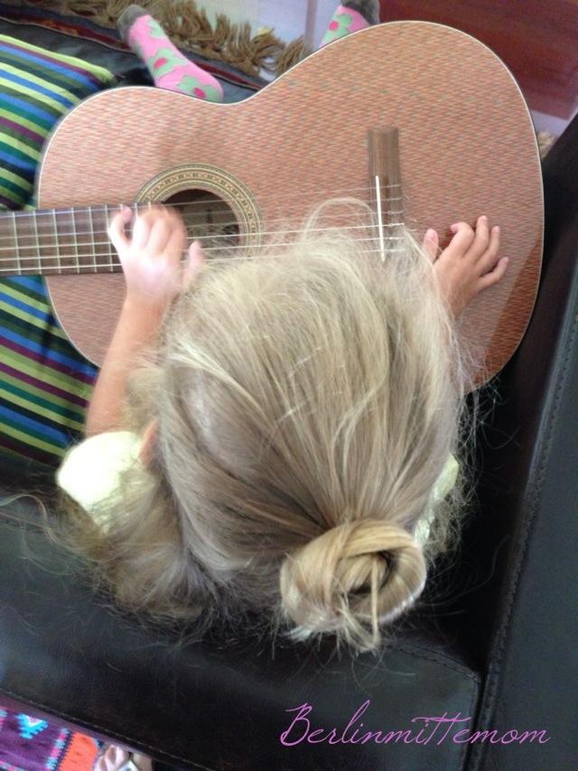 Kind spielt Gitarre - 12 von 12 im August