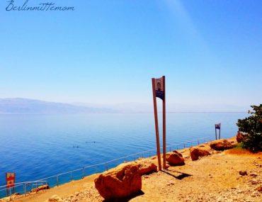 Mit Kindern ans Tote Meer, Blick aufs Wasser, into the blue