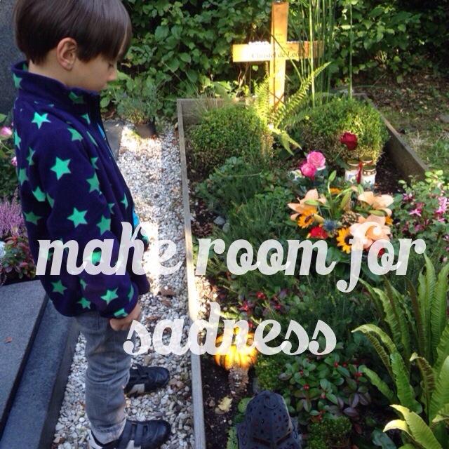 Make room for sadness, Geburt und Tod, Kind steht am Grab