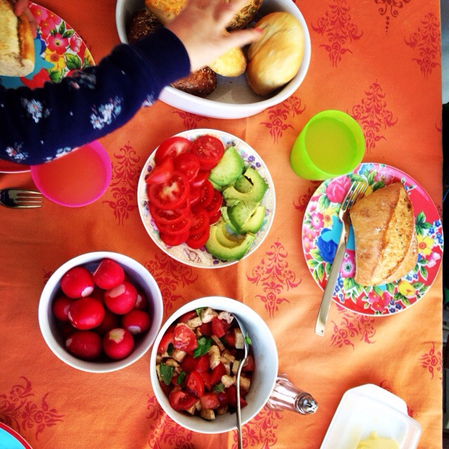 Tischmanieren bei Kindern, Kindererziehung, Ellenbogen vom Tisch