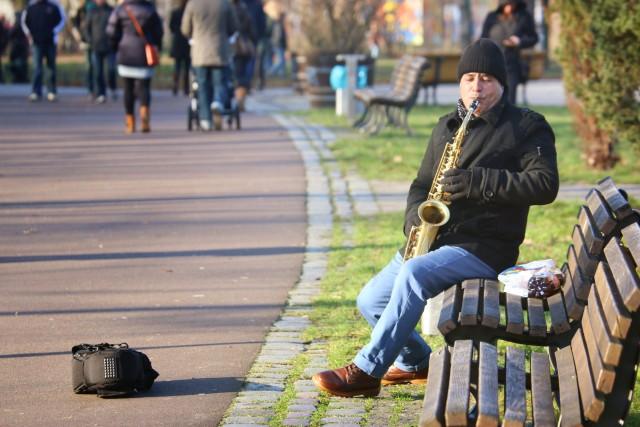 Sonntagsspaziergang, Sonne, Berlin, Familie, Berlinmittemom, Park, Saxophonspieler, Kinder, Berlinmittekids, Stadtleben