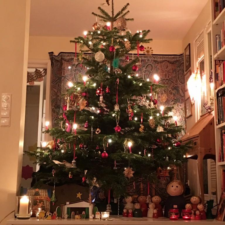 Weihnachtsbaum mit Christbaumschmuck   berlinmittemom.com
