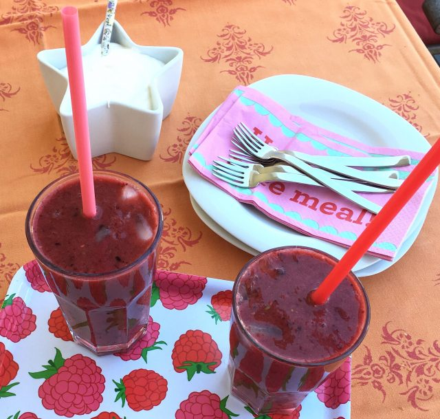 Mango Beeren Smoothie, Rezept, rote Smoothies, Smoothies für Kinder, frisches Obst, gesunde Ernährung, vegan, kochen mit Kindern, Familienleben, Familienalltag