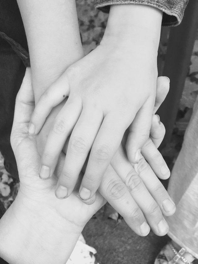 Hand in Hand, Mütter sterben, Krebs, Kinder, aufwachsen ohne Mutter, Elternsein, Leben mit Kindern, Miriam Pielhau, Brustkrebs, Waise