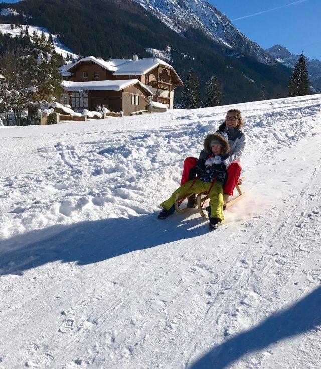 Winterferien mit der Familie in Österreich: Schlittenfahren