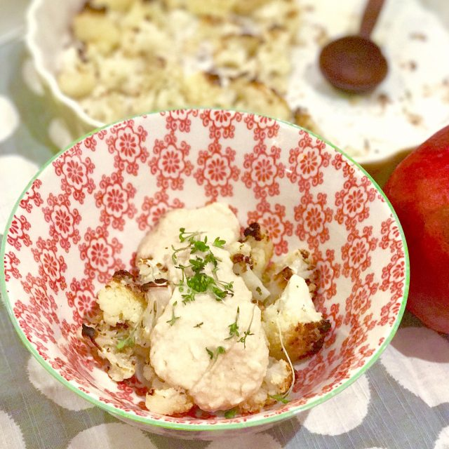 Geröstete Kurkuma-Blumenkohlröschen mit Hummus