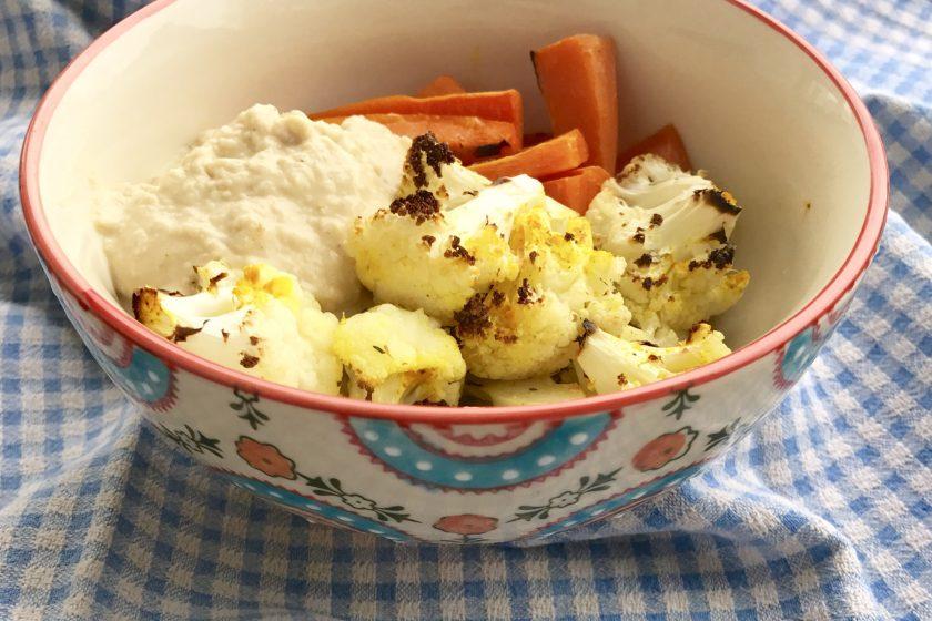 Gerösteter Blumenkohl mit Kurkuma und Hummus