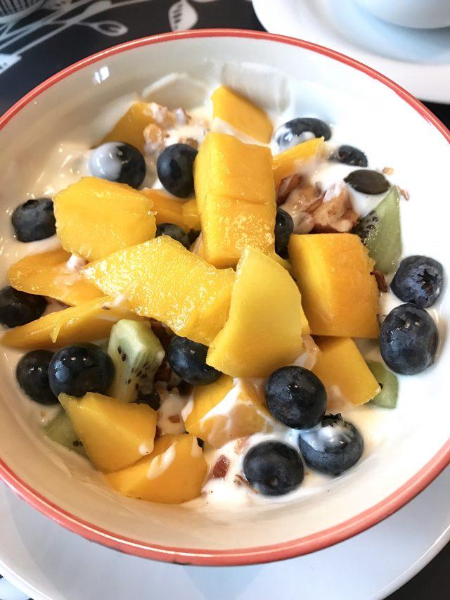 Gesundes Frühstück: Quark mit Obst und Low-Carb-Granola