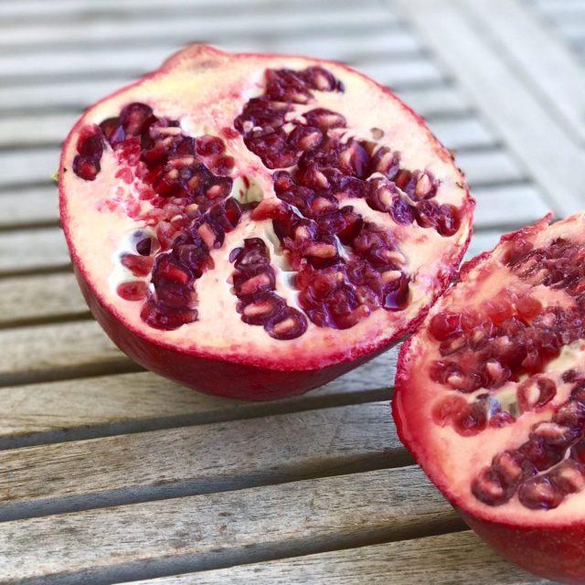 Naturschönheit: aufgeschnittener Granatapfel | Berlinmittemom.com