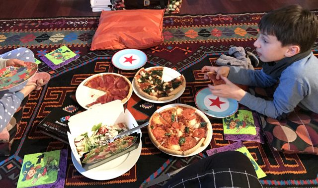 Freitagslieblinge: Fußbodenpicknick mit Pizza