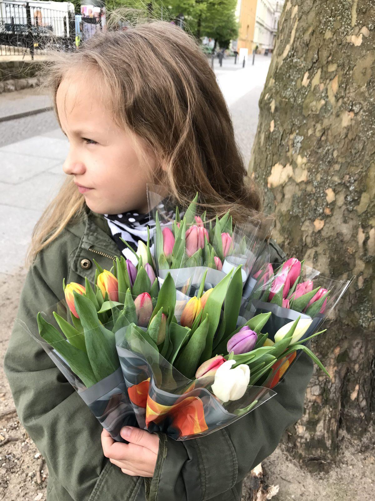 Freitagslieblinge: Goldkind mit Tulpen | Berlinmittemom.com