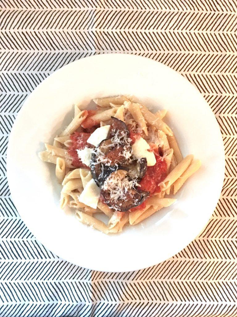 Auberginenpasta mit Mozzarella und Tomaten | Berlinmittemom.com