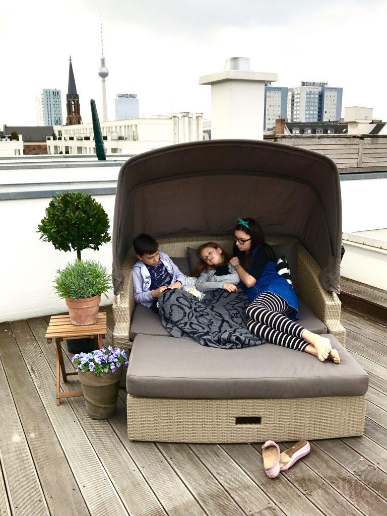 Geschwisterplüsch auf der Dachterrasse