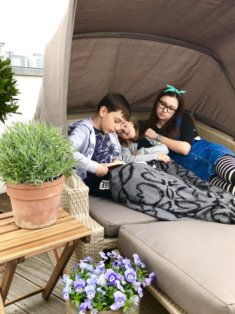 Geschwisterplüsch auf der Dachterrasse | Berlinmittemom.com