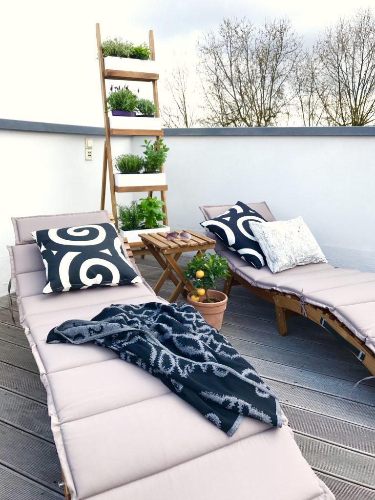 Sonneliegen auf der Dachterrasse | Berlinmittemom.com