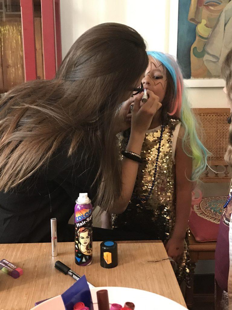 Makeup-Artist am Rockstar Kindergeburtstag