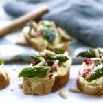 Frühlingsfrisch und grün ::: Crostini mit Spargel und Kurkuma-Feta-Creme