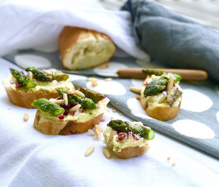 Crostini mit grünem Spargel und Kurkuma-Feta-Creme
