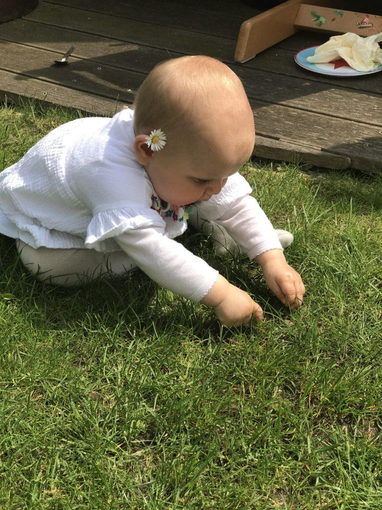 Wochenende in Bildern: Baby mit Gänseblümchen | Berlinmittemom.com