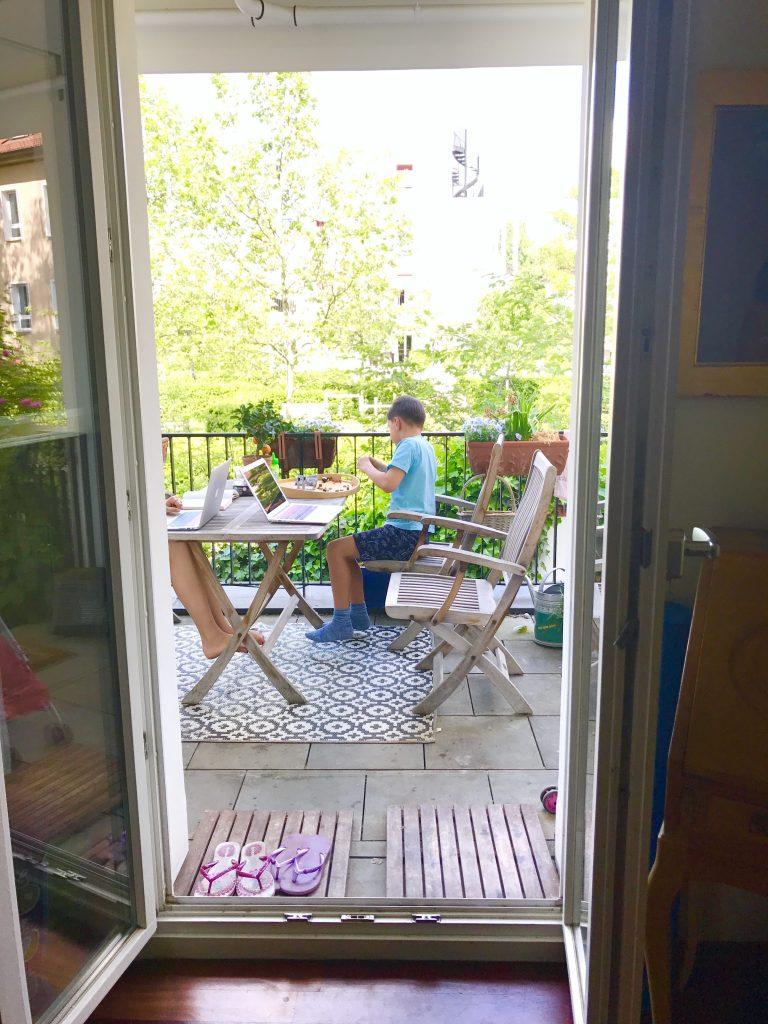 Lego bauen auf dem Balkon