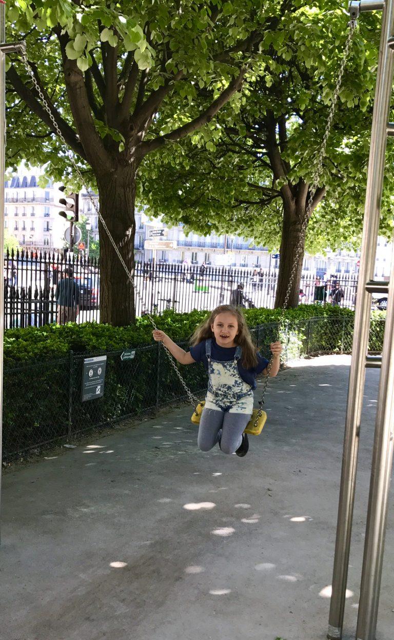 Schaukeln im Garten von Nôtre Dame | Berlinmittemom.com