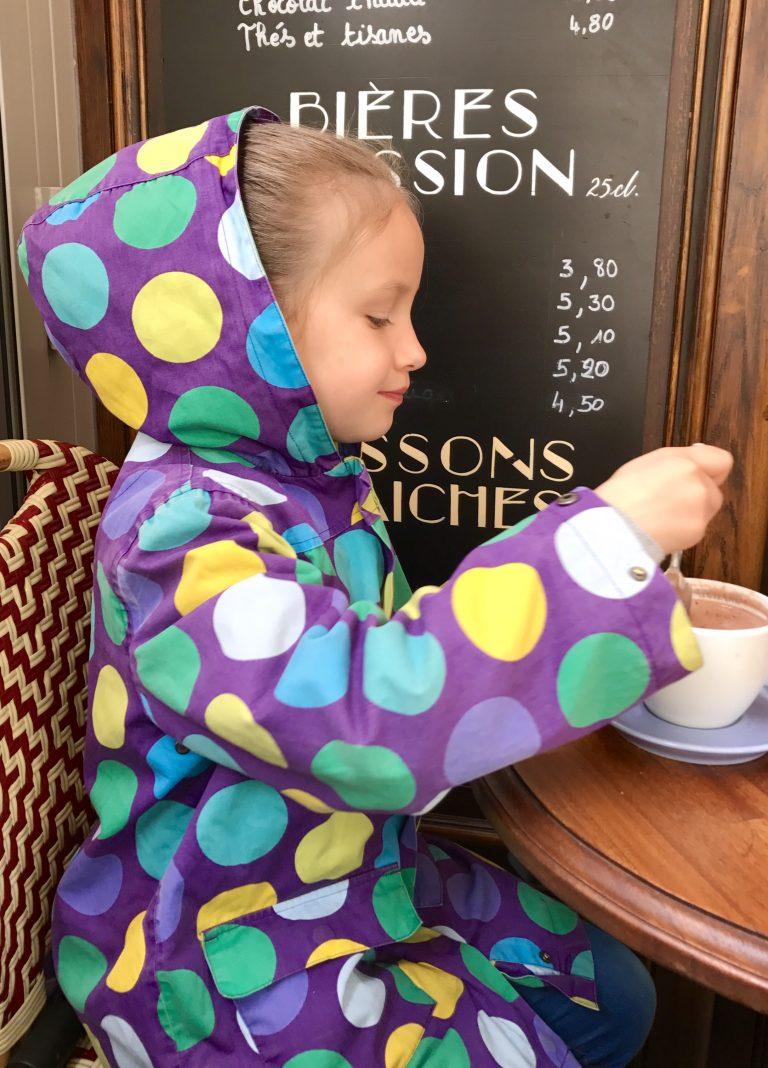 Paris mit Kindern: Frühstück im Café