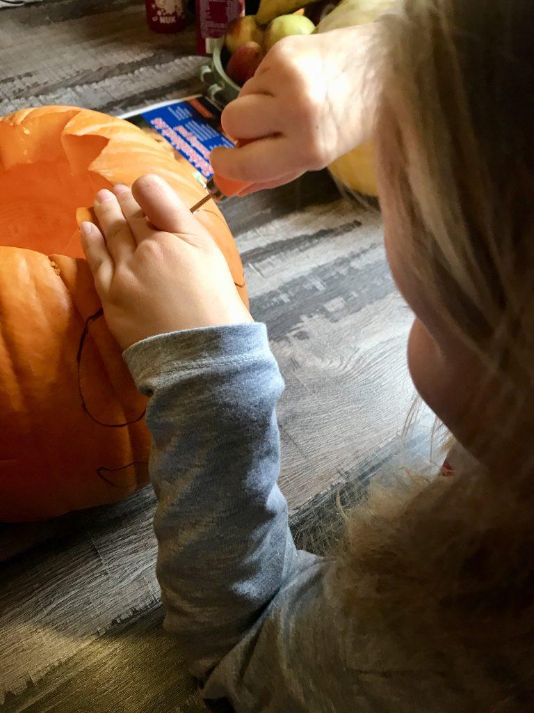 Kürbisschnitzen mit Kindern | berlinmittemom.com