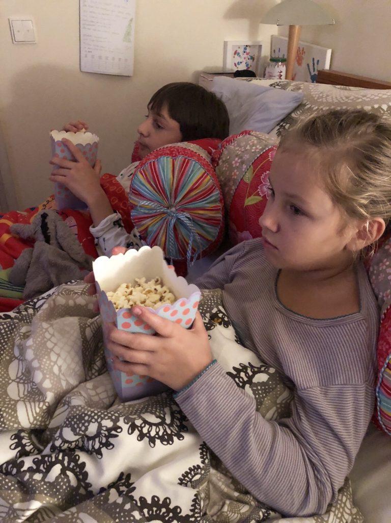 Popcorn und Kino im Bett | berlinmittemom.com